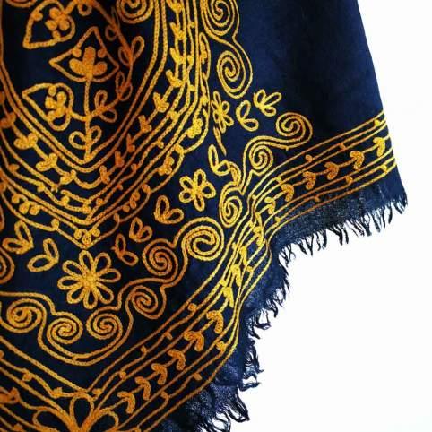 Mantón de lana con bordado cadeneta mostaza para traje de baturra