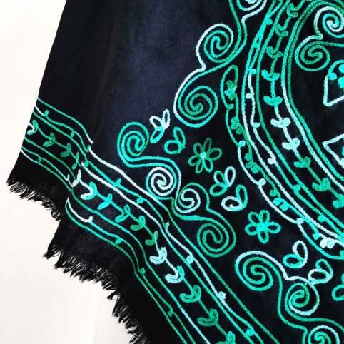 Mantón de lana con bordado cadeneta verde degradado traje de baturra