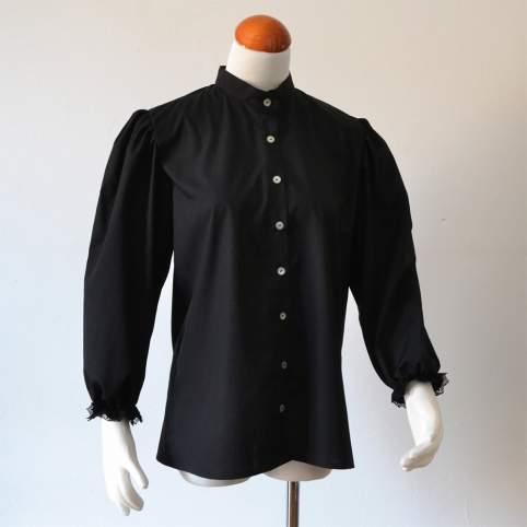 Blusa tradicional negra lateral